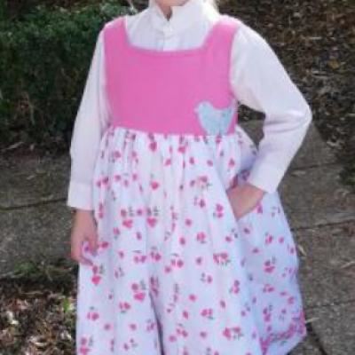 Colombe pour Fifi au jardin en robe réversible Framboise