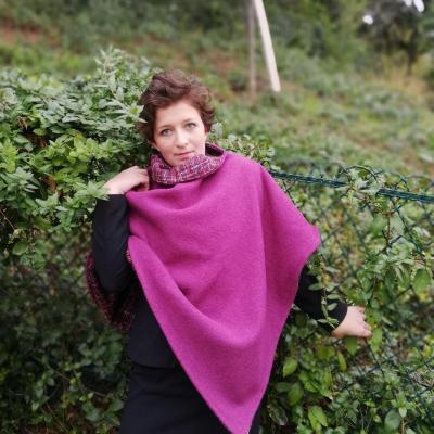 Mannequin Anastasie porte un poncho Mesdames pour la Collection Automne-Hiver de Fifi au jardin