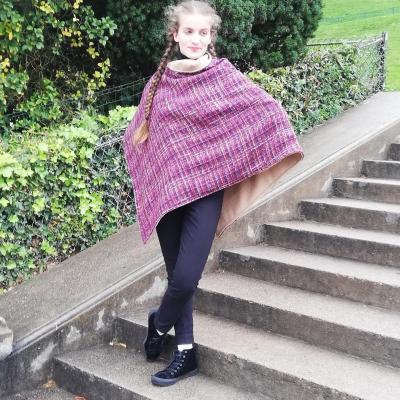 Danseuse Mannequin Félicie porte un poncho Mademoiselle pour la Collection Automne-Hiver de Fifi au jardin