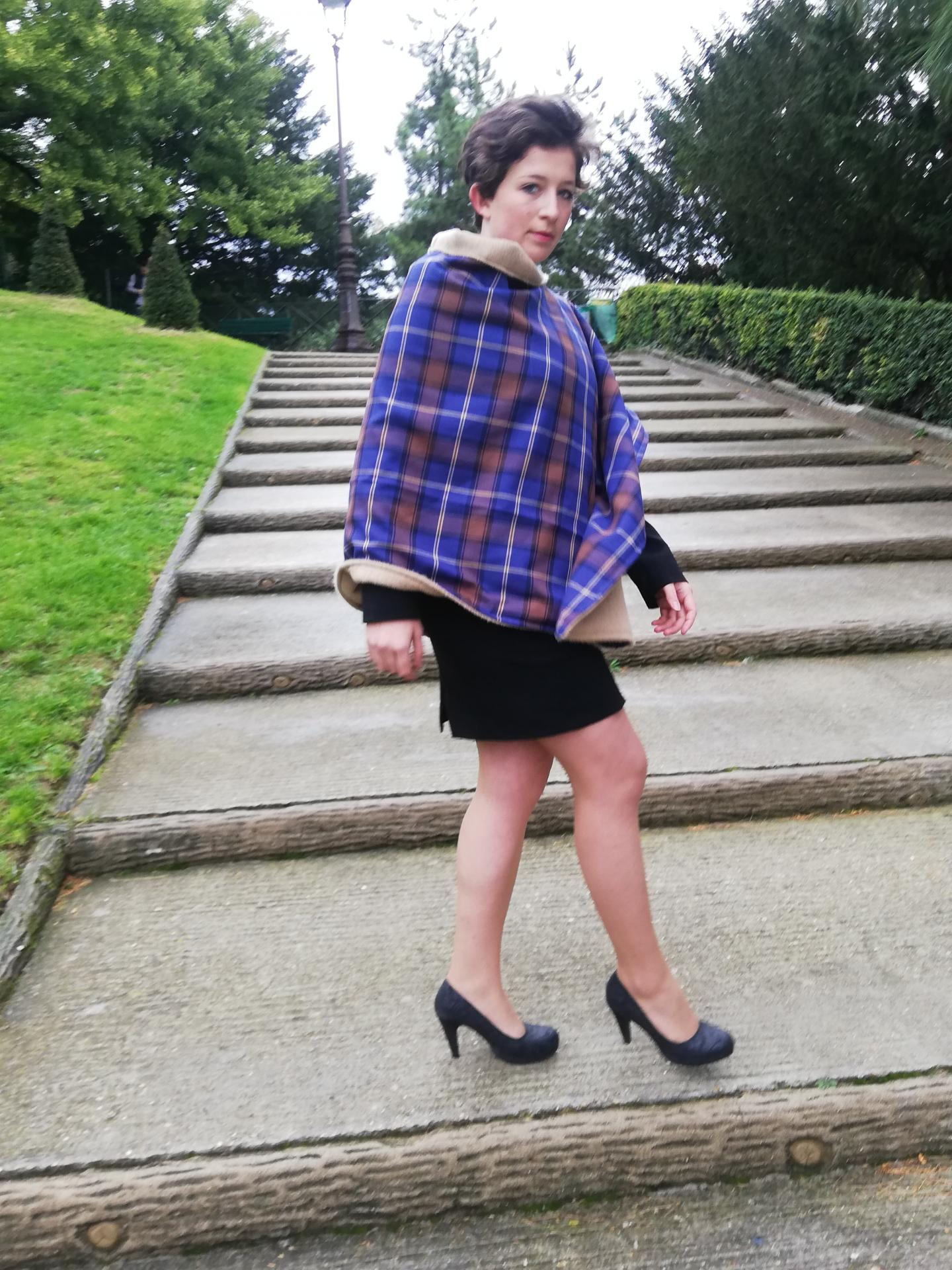 Mannequin Anastasie porte un poncho Mesdames pour la Collection Automne-Hiver Fifi au jardin