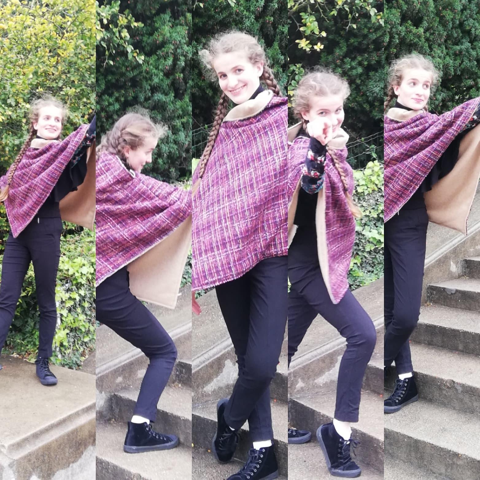 Danseuse Mannequin Félicie porte un poncho Mesdames pour la Collection Automne-Hiver Fifi au jardin