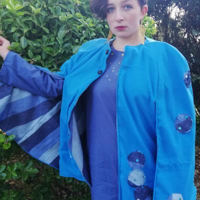 Cape longues manches reversible bleu de bulles fifi au jardin pose 2