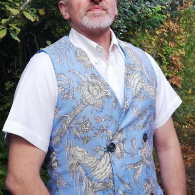 Gilet british homme reversible toile de jouy et touche cachemire boutonnage croise fifi au jardin pose 3