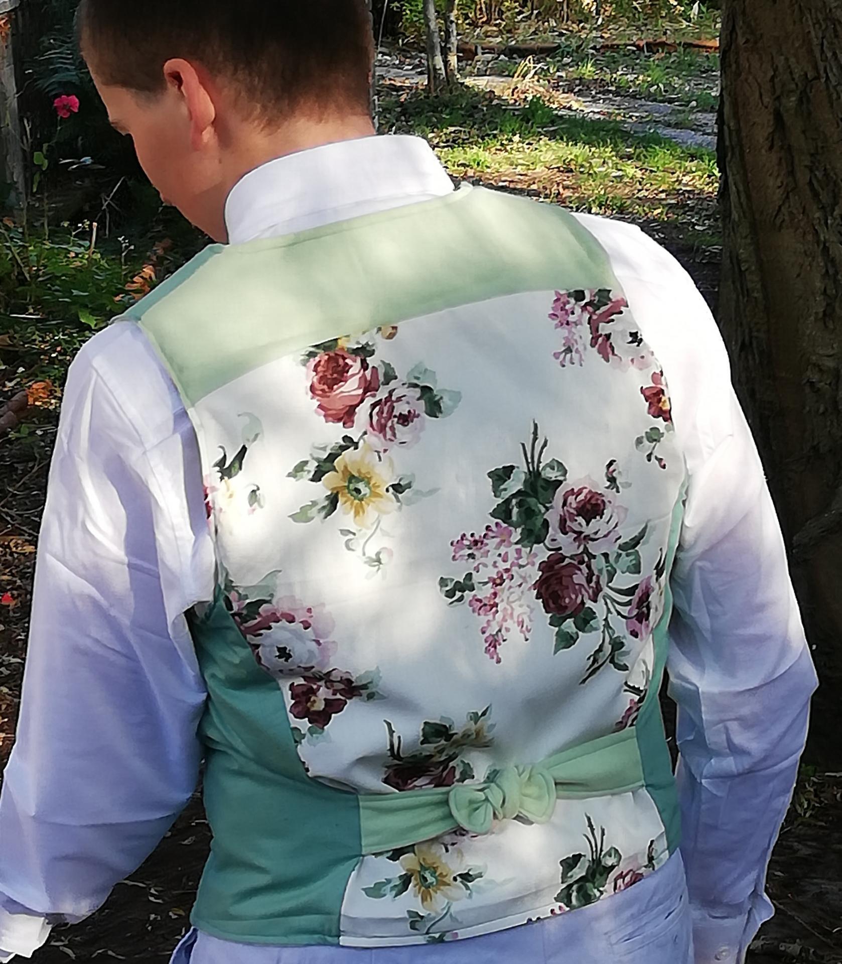 Gilet british reversible l elegant vert homme fifi au jardin pose 2