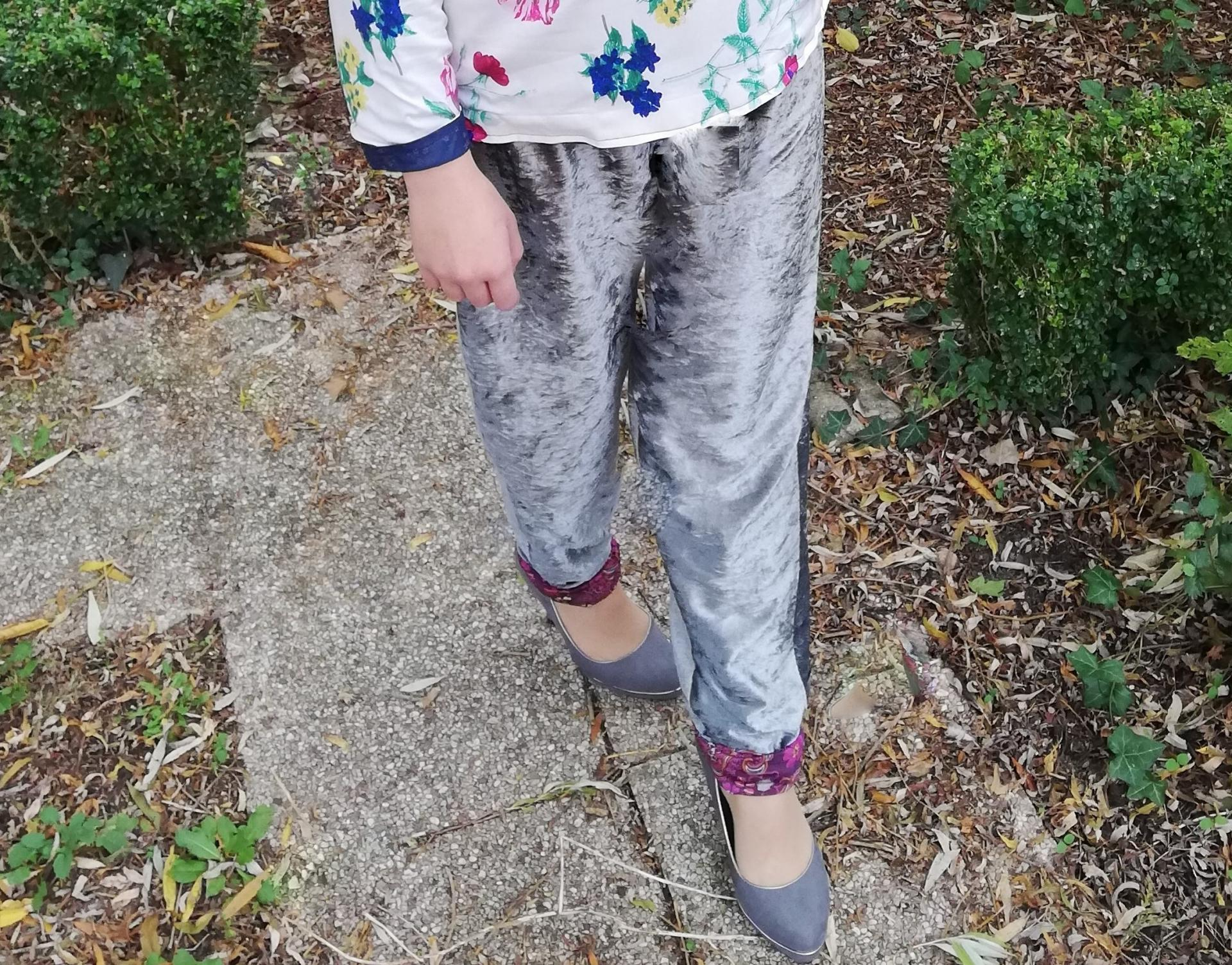 Haut recto verso incrustation dentelle faite main bas de la nuque imprime fleuri et liberty pantalon souple reversible velours et jersey imprime detail