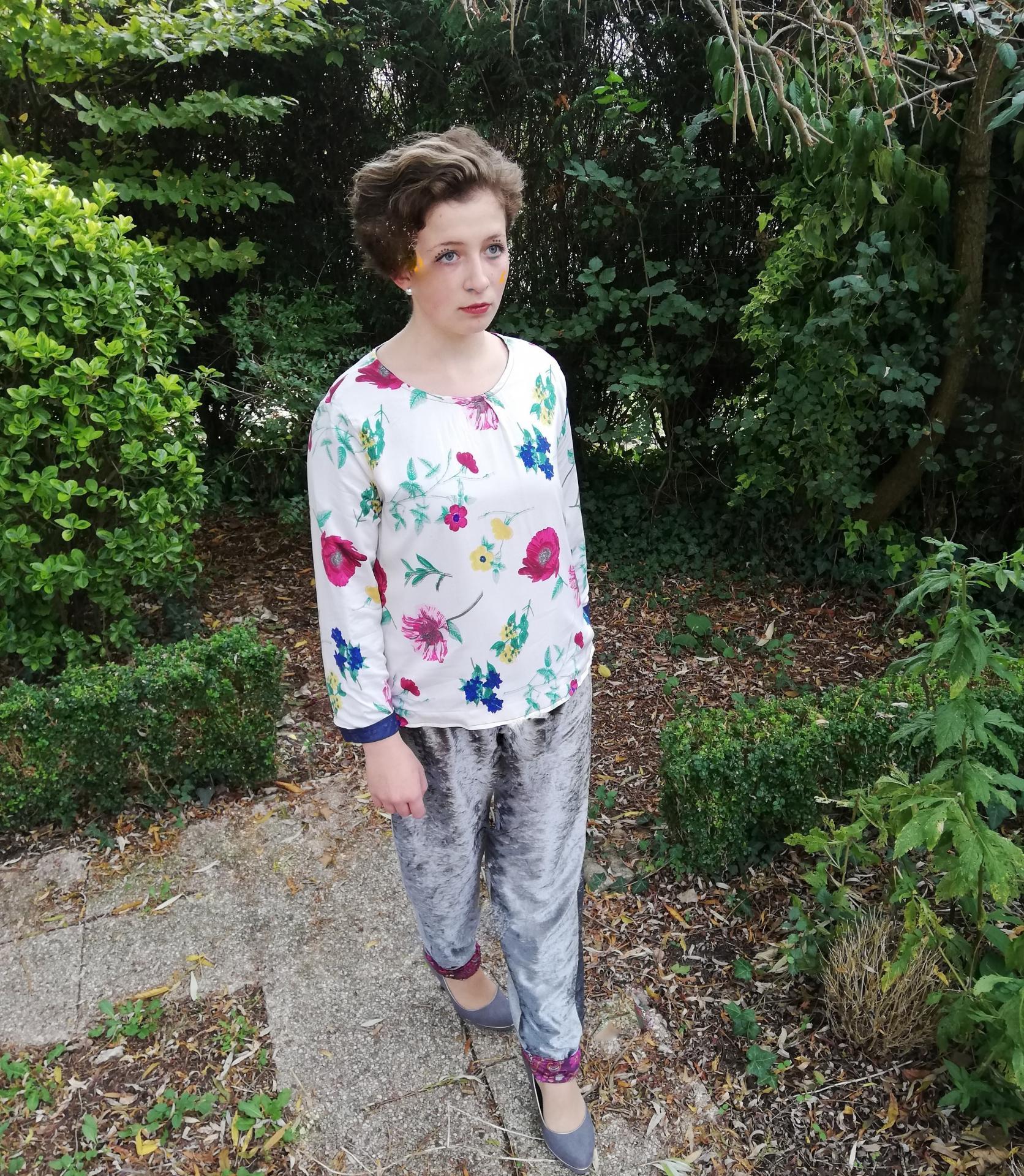 Haut recto verso jersey bleu et imprime fleuri pantalon souple reversible velours et jersey taille elastique pose 3
