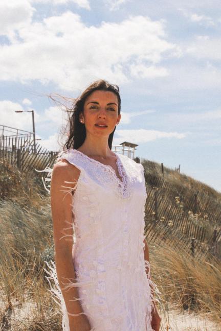 Reine Picardie Eva Le Berre porte la tenue 'Noces de plume' de la Collection Fifi au jardin Printemps-Eté 2021_copyright Fifi au jardin 2020-2021 Un grand vent de fleurs