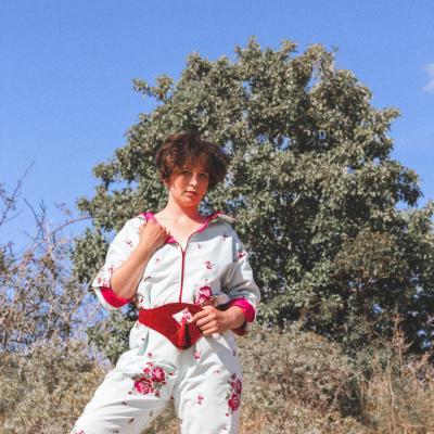 Anastasie porte la tenue 'A la ville' de la Collection Fifi au jardin Printemps-Eté 2021_copyright Fifi au jardin 2020-2021 Un grand vent de fleurs