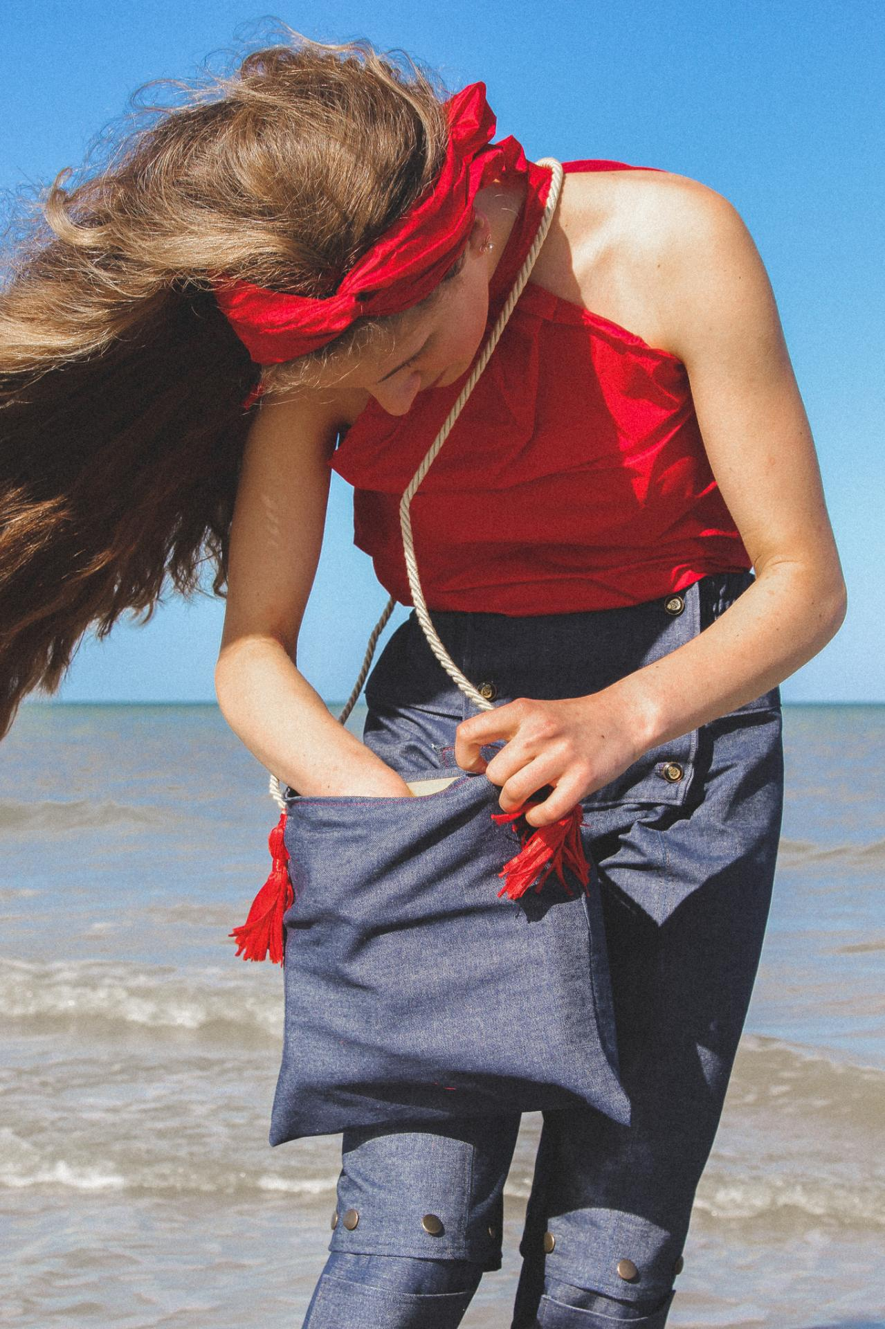 Danseuse et mannequin Félicie porte la tenue 'Brise marine' de la Collection Fifi au jardin Printemps-Eté 2021_copyright Fifi au jardin 2020-2021 Un grand vent de fleurs
