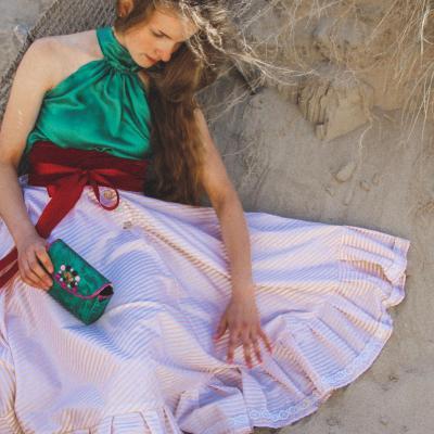 Danseuse et mannequin Félicie porte la tenue 'Retour du jardin' de la Collection Fifi au jardin Printemps-Eté 2021_copyright Fifi au jardin 2020-2021 Un grand vent de fleurs