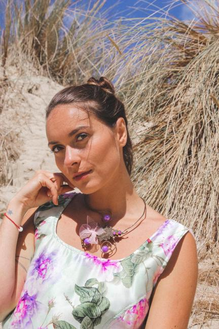 Blogueuse mannequin Zeirude porte 'Soir de roses' de la Collection Fifi au jardin Printemps-Eté 2021_copyright Fifi au jardin 2020-2021 Un grand vent de fleurs