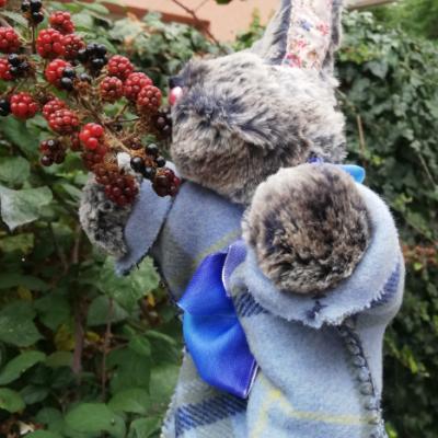 Lapin marionnette a gant tissus de qualite avec ses propres vetements museau et pattes en fourrure d imitation details du visage les amis feeriques festival mondial des theatres de