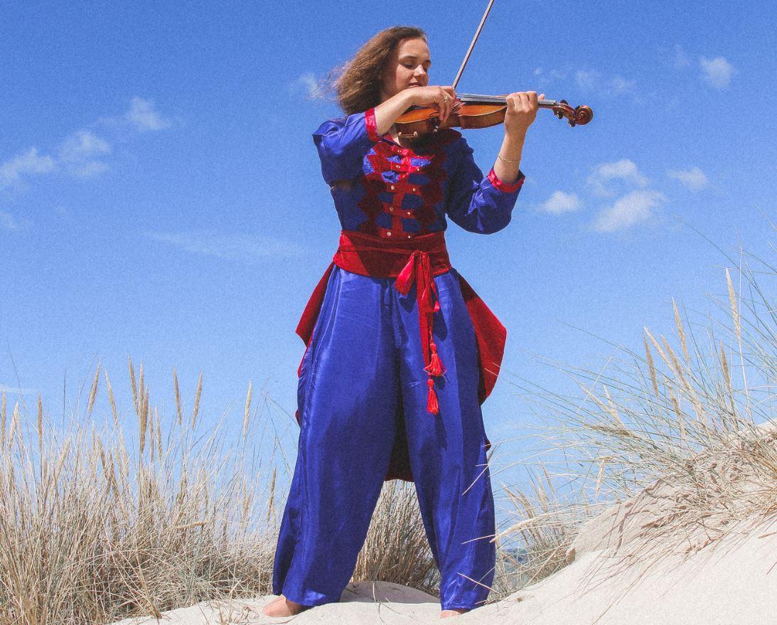 Mannequin Marie Klein porte la tenue 'Madame l'Officier' de la Collection Fifi au jardin Printemps-Eté 2021_copyright Fifi au jardin 2020-2021 Un grand vent de fleurs