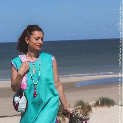 Mannequin maeva campergue porte la tenue bain de soleil de la collection fifi au jardin printemps ete 2021 copyright fifi au jardin 2020 2021 un grand vent de fleurs i7