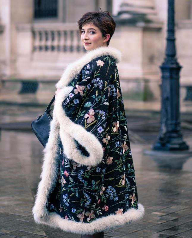 Manteau majeste fifi au jardin porte par mannequin anastasie pour la collection une annee chez fifi 2021 2022 i