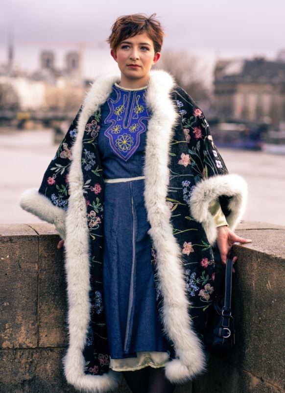 Manteau majeste fifi au jardin porte par mannequin anastasie pour la collection une annee chez fifi 2021 2022 i3