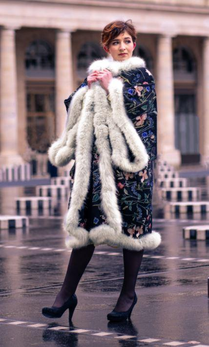 Manteau majeste fifi au jardin porte par mannequin anastasie pour la collection une annee chez fifi 2021 2022 i7