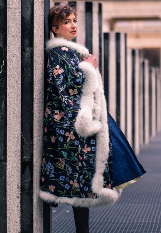 Manteau majeste fifi au jardin porte par mannequin anastasie pour la collection une annee chez fifi 2021 2022 i8