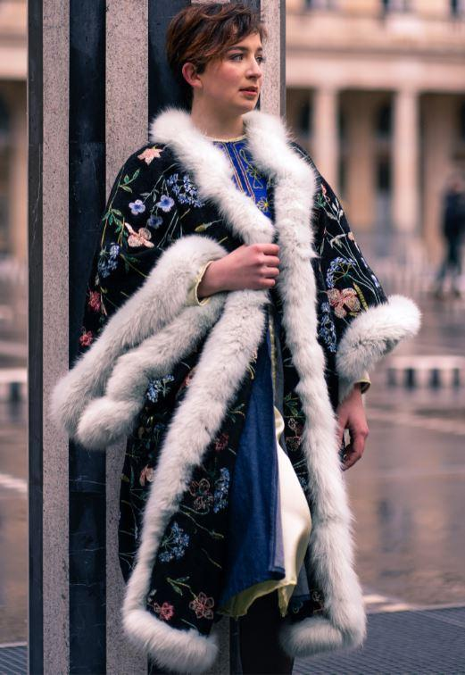 Manteau majeste fifi au jardin porte par mannequin anastasie pour la collection une annee chez fifi 2021 2022 i9