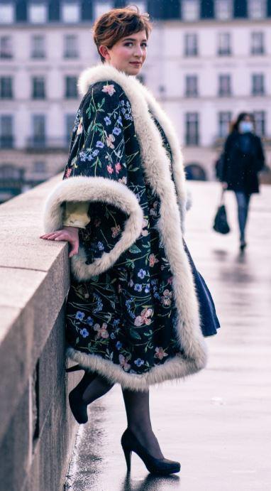 Manteau majeste fifi au jardin porte par mannequin anastasie pour la collection une annee chez fifi 2021 2022
