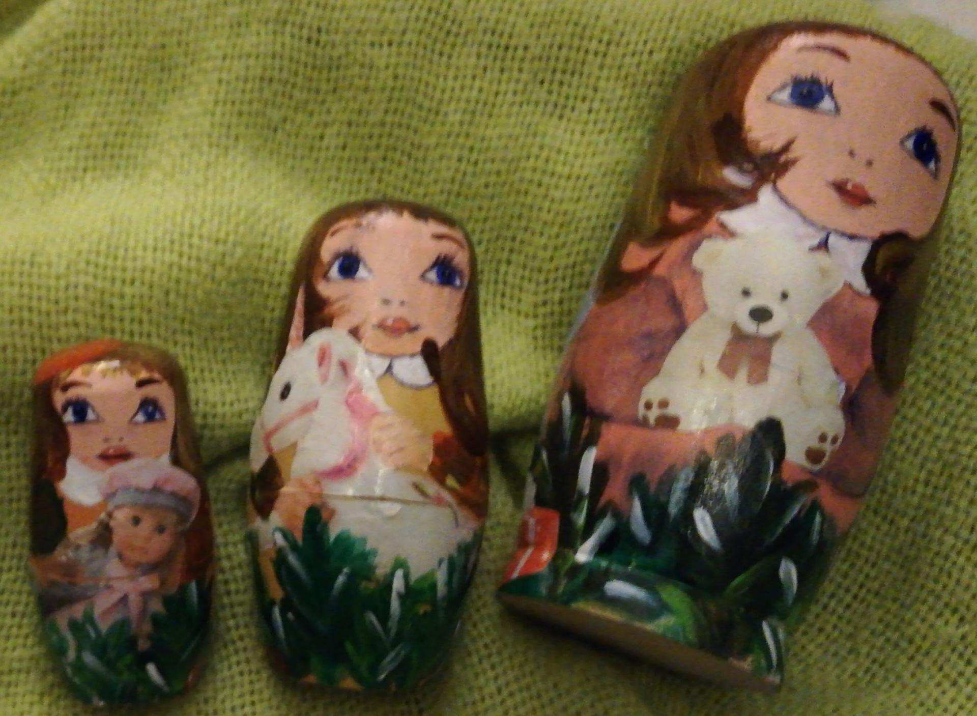 Matriochka ania devant l arbre de noel 6 matriochkas peintes a la main dorures et illustrations sur bois de peuplier fifi au jardin pose 5