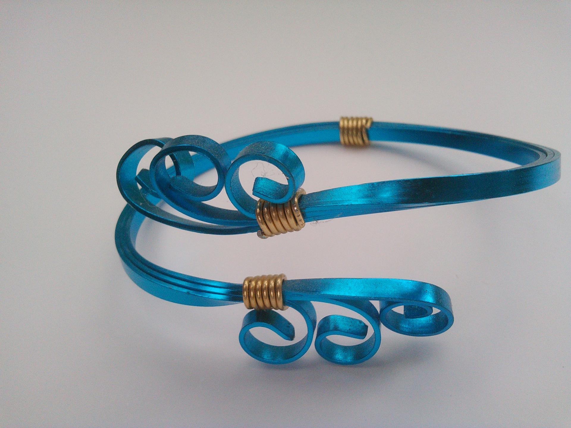 Parure bracelet victoire qualite materiaux precieux fantaisie perles de qualite fils tresses couleurs travaillees main pieces de dentelle brodees main fifi au jardin precious