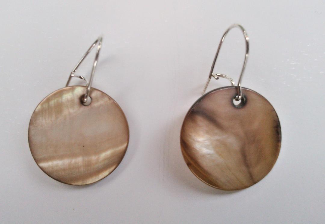 Parure paire de boucles d oreilles nacre qualite materiaux precieux fantaisie perles de qualite fils tresses couleurs travaillees main pieces de dentelle brodees main fifi au jardi