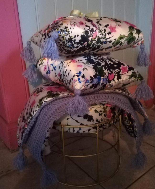 Rechauffe canape de qualite coussin cale tete de qualite rien que pour soie pouf assise douceur rien que pour soie fifi au jardin