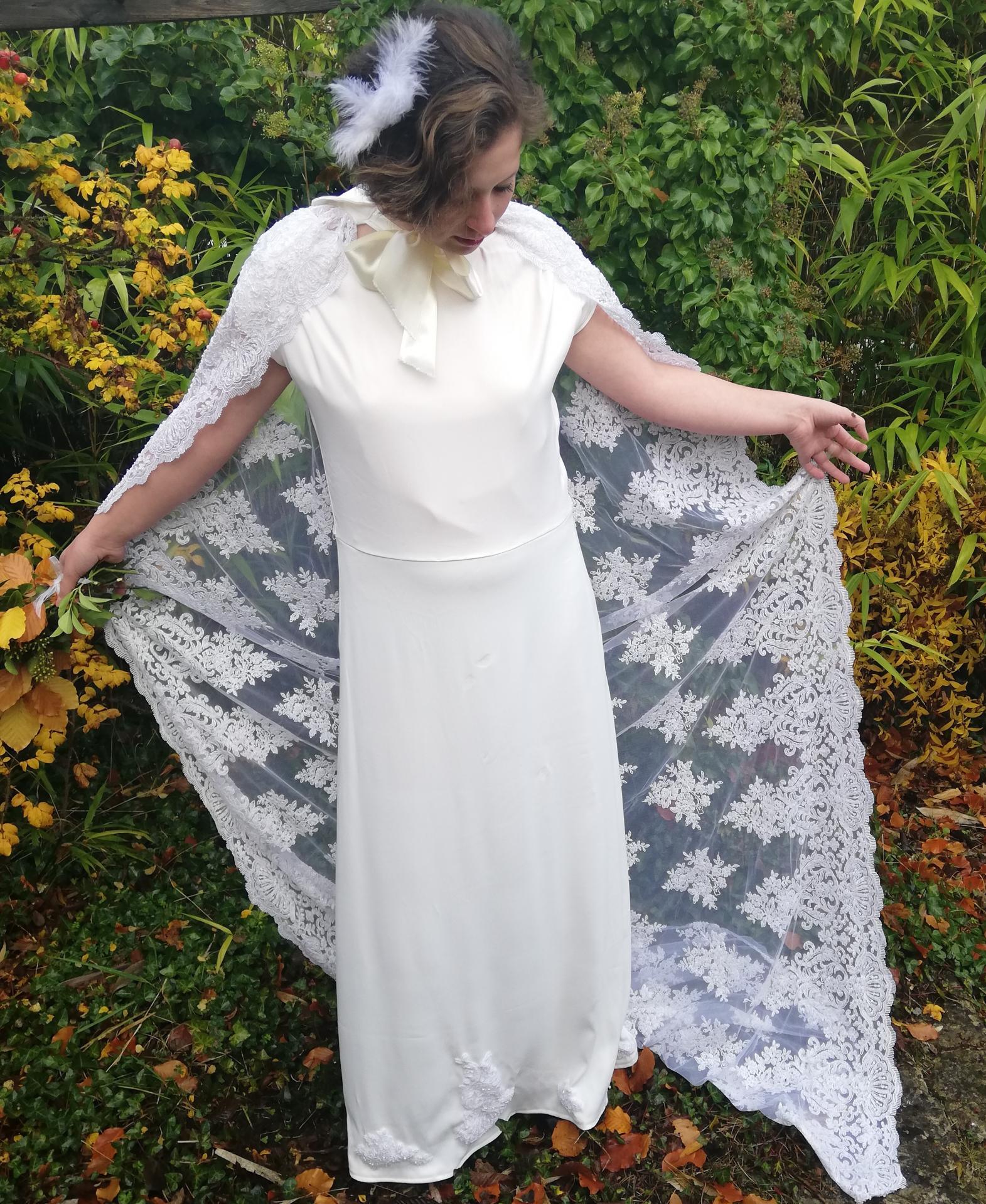 Robe de mariee reversible annees folles fifi au jardin pose 25