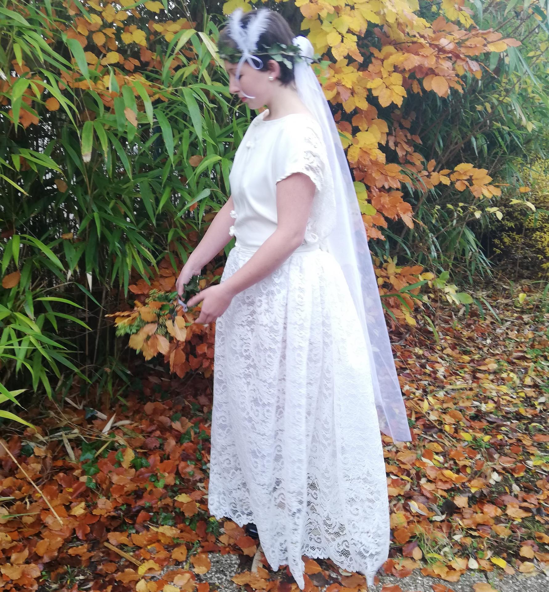 Robe de mariee reversible dentelle tulle et viscose rose faconnee a la main avec un coeur de nacre couronne fleurs et plumes fifi au jardin pose 10
