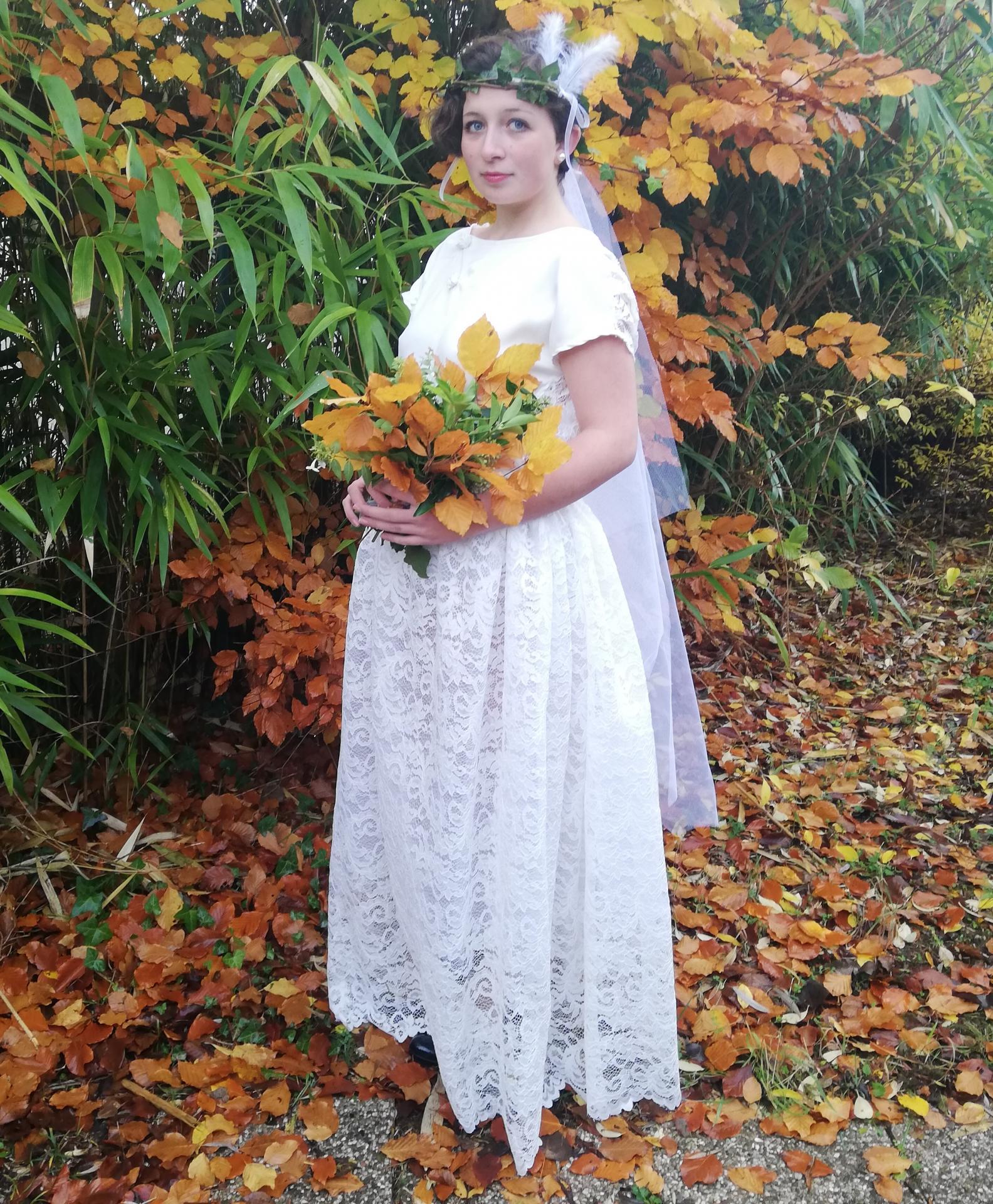 Robe de mariee reversible dentelle tulle et viscose rose faconnee a la main avec un coeur de nacre couronne fleurs et plumes fifi au jardin pose 11