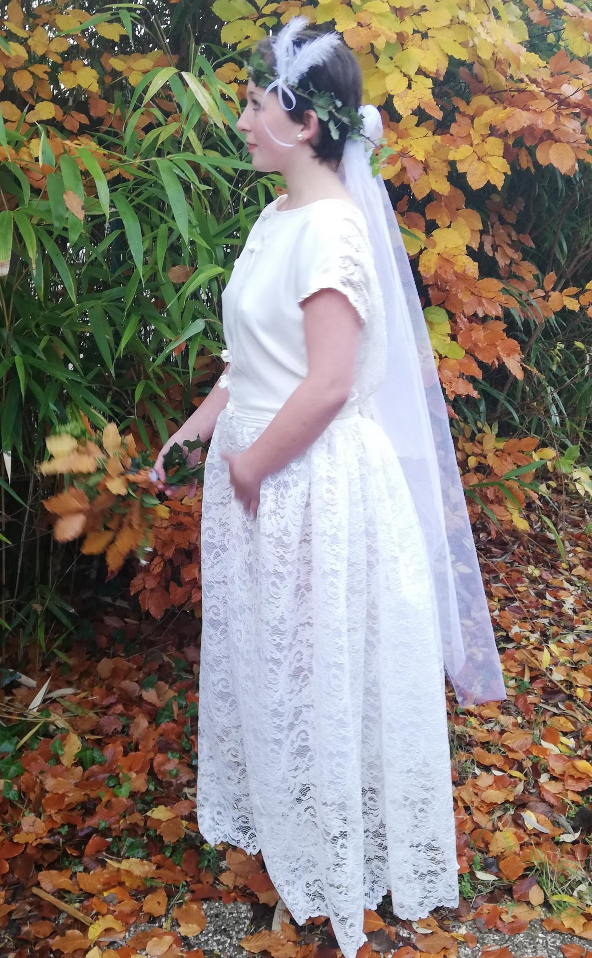 Robe de mariee reversible dentelle tulle et viscose rose faconnee a la main avec un coeur de nacre couronne fleurs et plumes fifi au jardin pose 12