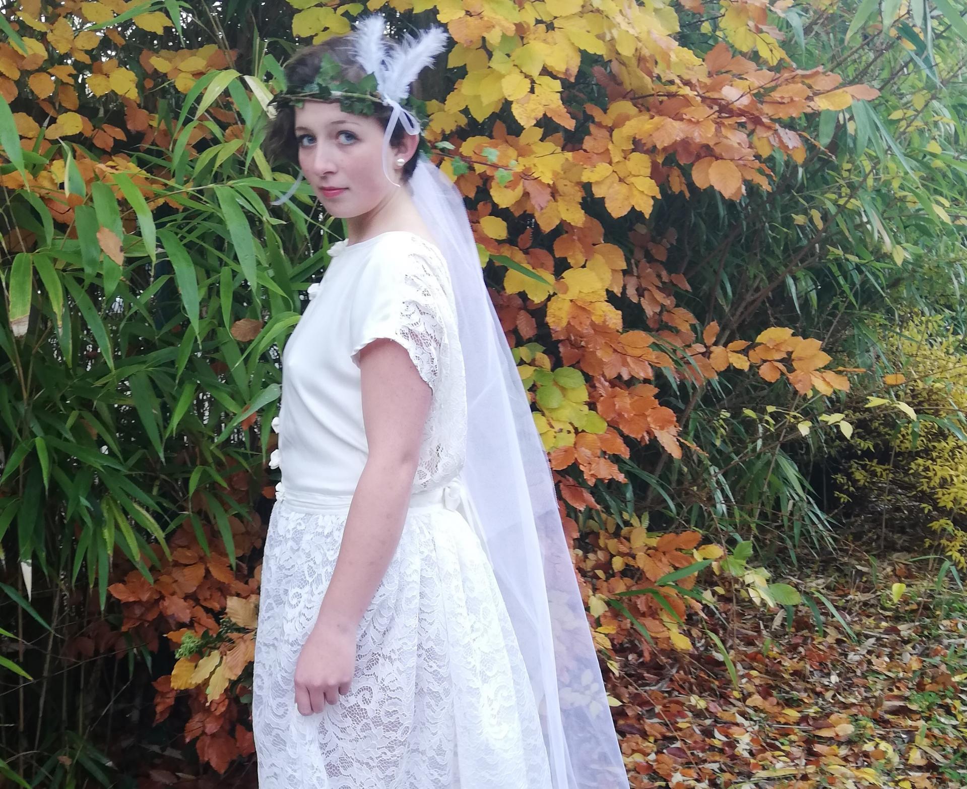 Robe de mariee reversible dentelle tulle et viscose rose faconnee a la main avec un coeur de nacre couronne fleurs et plumes fifi au jardin pose 13