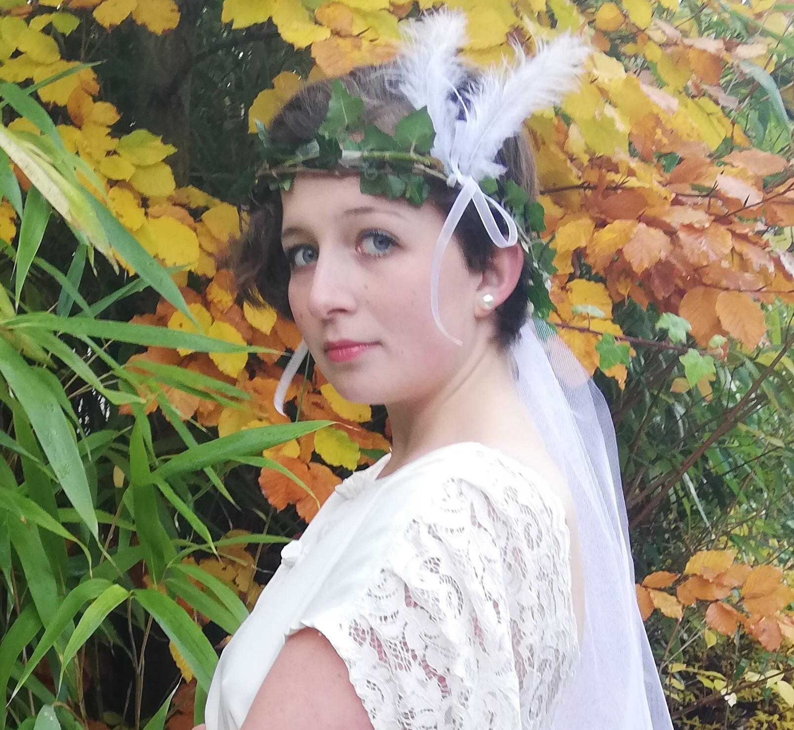 Robe de mariee reversible dentelle tulle et viscose rose faconnee a la main avec un coeur de nacre couronne fleurs et plumes fifi au jardin pose 14