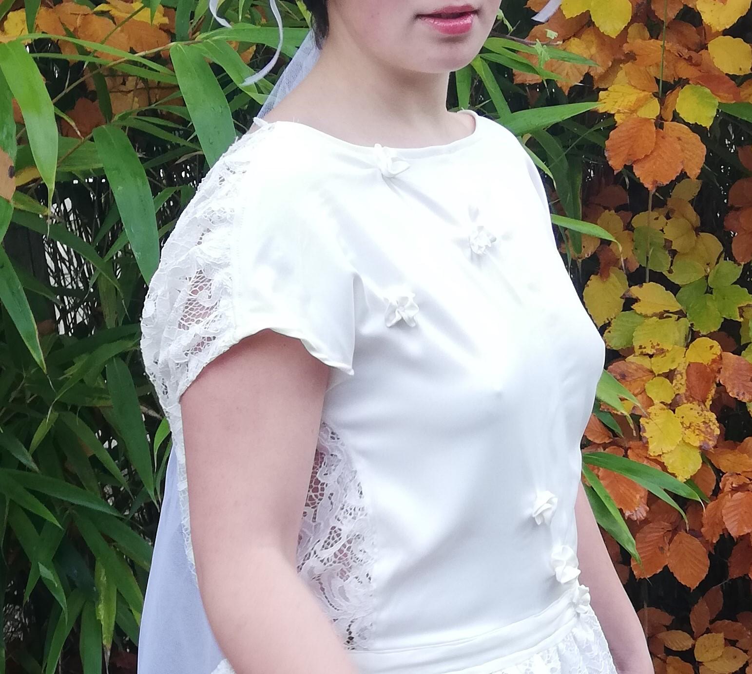 Robe de mariee reversible dentelle tulle et viscose rose faconnee a la main avec un coeur de nacre couronne fleurs et plumes fifi au jardin pose 15