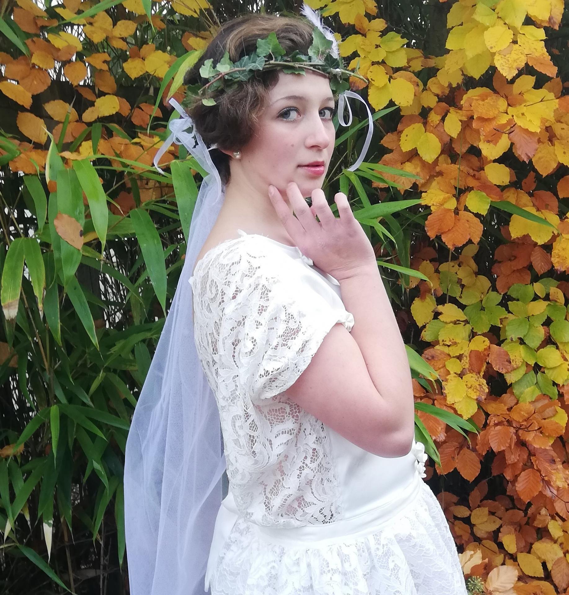 Robe de mariee reversible dentelle tulle et viscose rose faconnee a la main avec un coeur de nacre couronne fleurs et plumes fifi au jardin pose 16