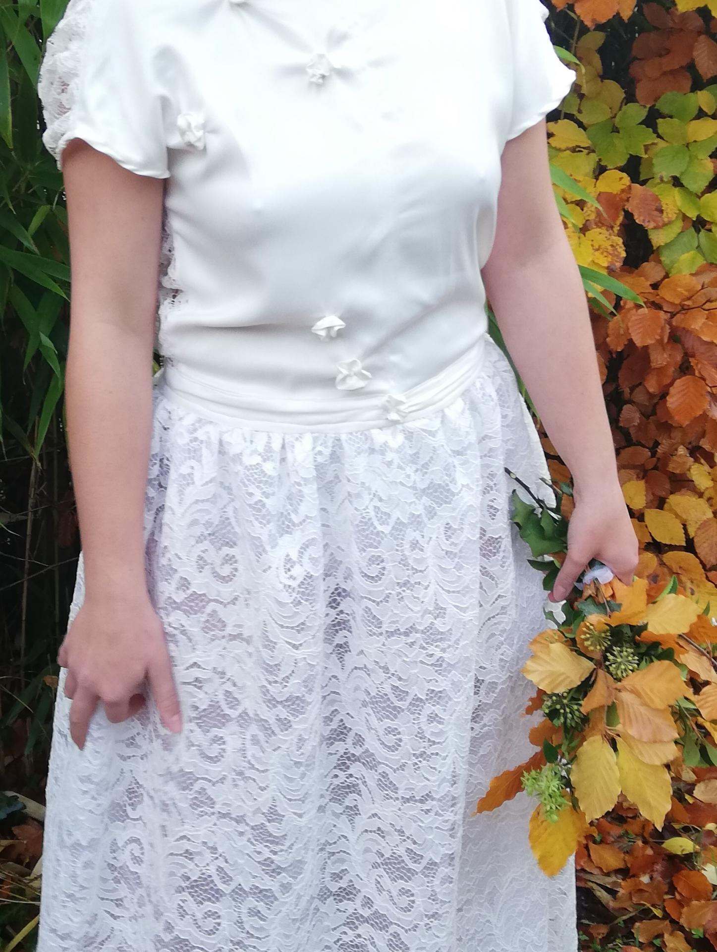 Robe de mariee reversible dentelle tulle et viscose rose faconnee a la main avec un coeur de nacre couronne fleurs et plumes fifi au jardin pose 17