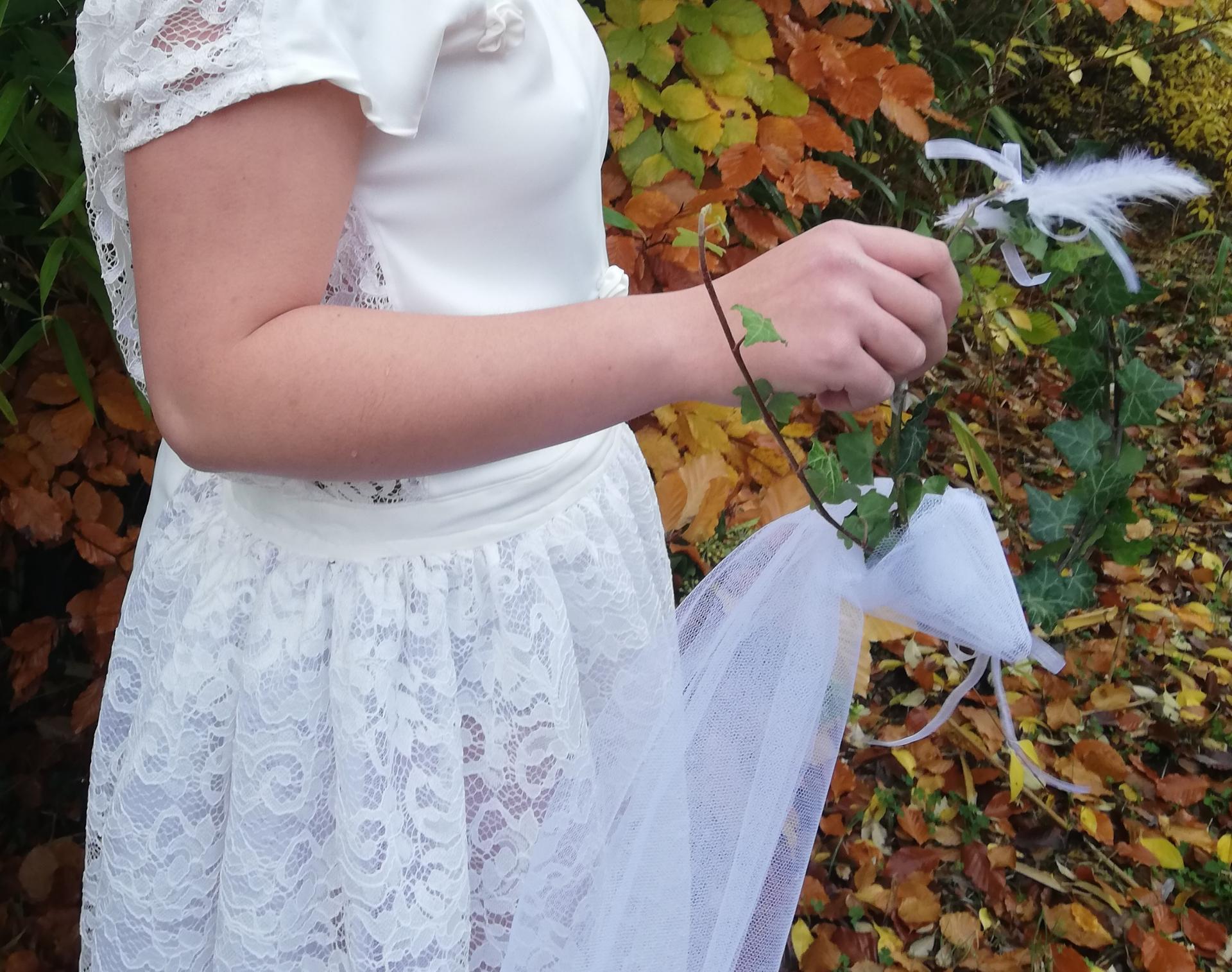 Robe de mariee reversible dentelle tulle et viscose rose faconnee a la main avec un coeur de nacre couronne fleurs et plumes fifi au jardin pose 18