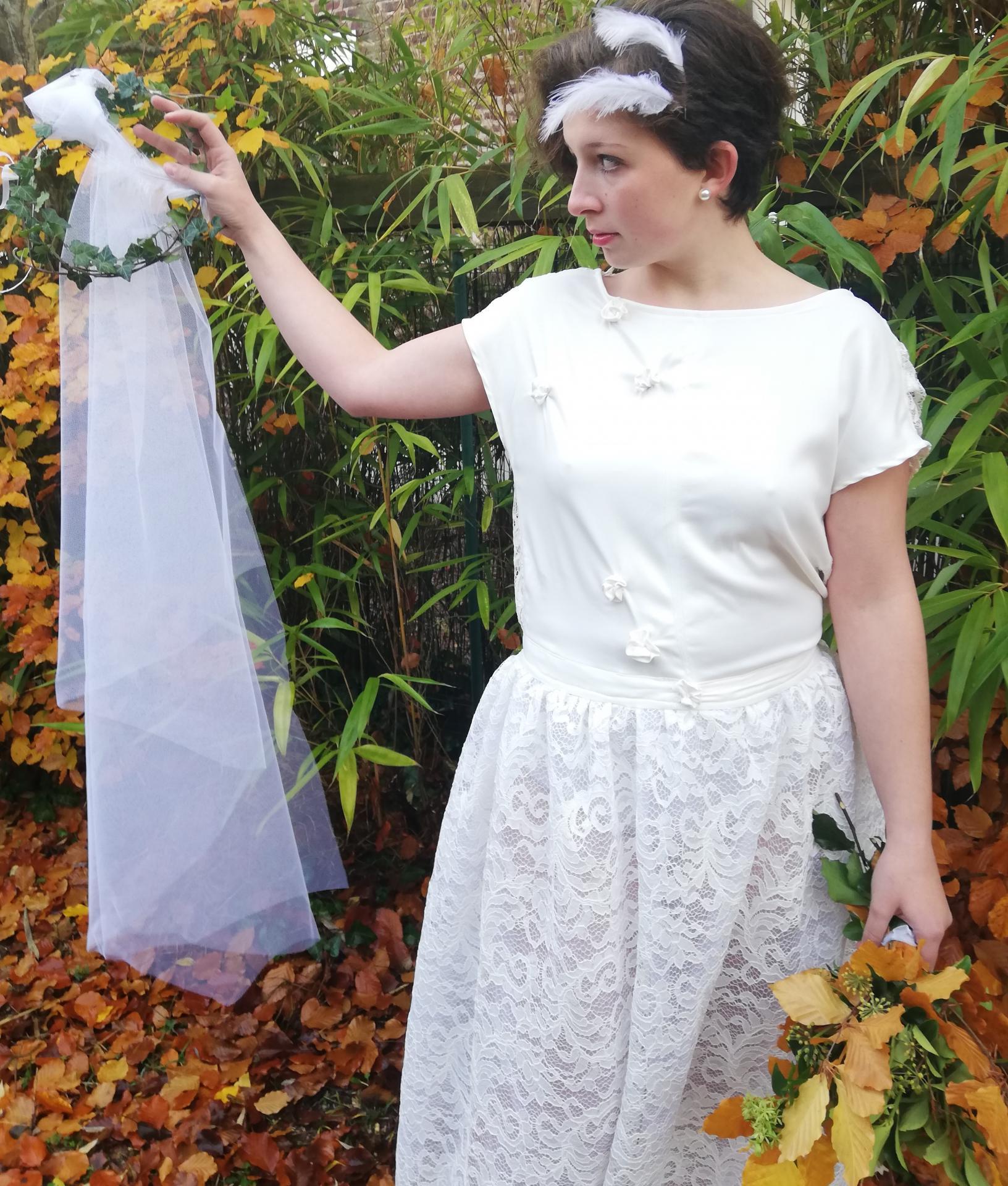 Robe de mariee reversible dentelle tulle et viscose rose faconnee a la main avec un coeur de nacre couronne fleurs et plumes fifi au jardin pose 19