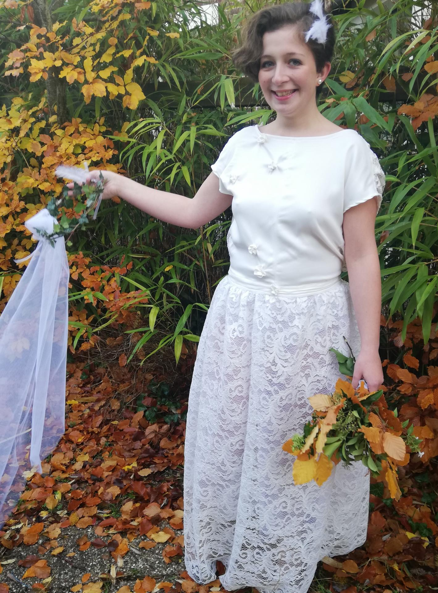 Robe de mariee reversible dentelle tulle et viscose rose faconnee a la main avec un coeur de nacre couronne fleurs et plumes fifi au jardin pose 20
