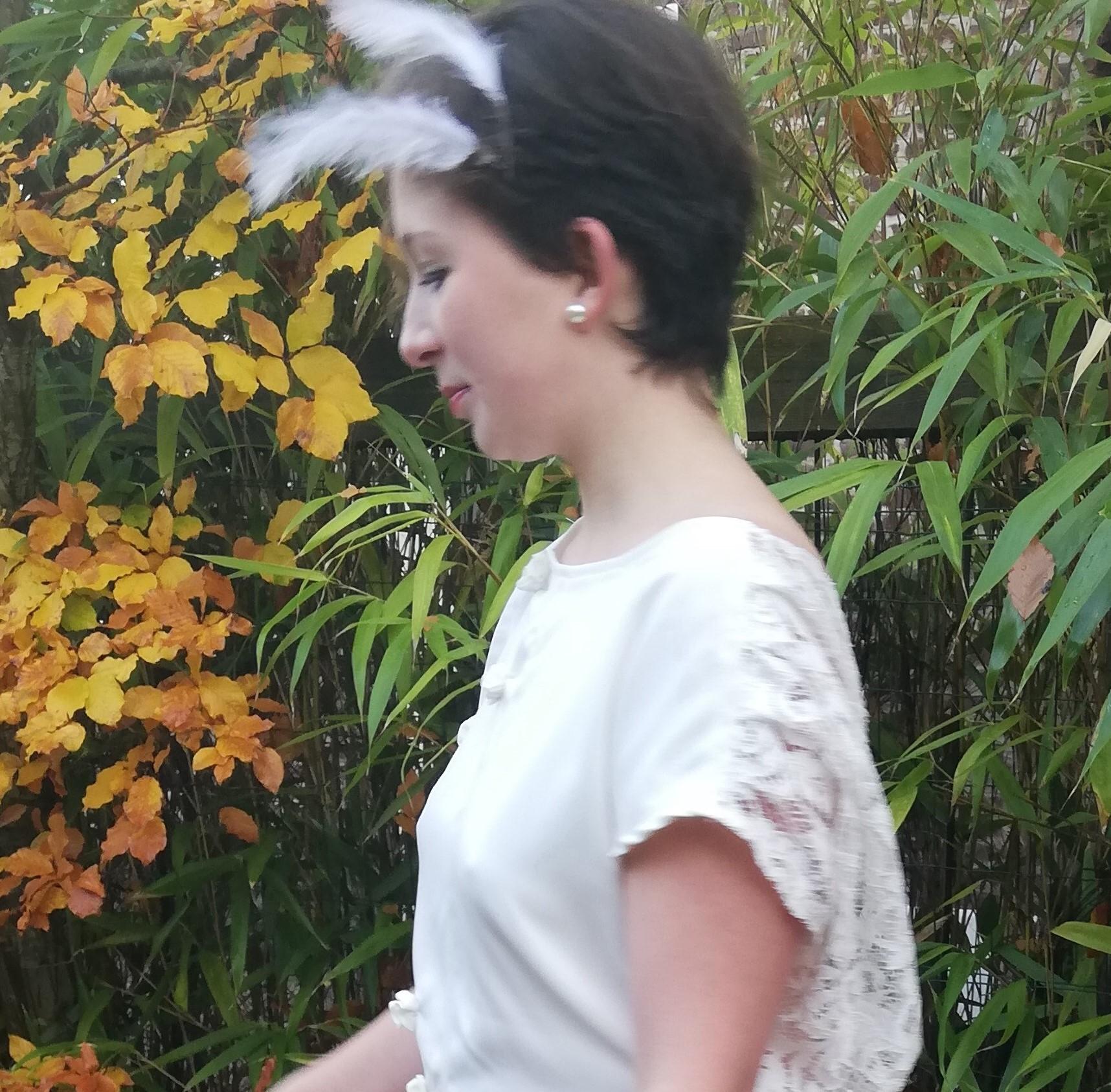 Robe de mariee reversible dentelle tulle et viscose rose faconnee a la main avec un coeur de nacre couronne fleurs et plumes fifi au jardin pose 21