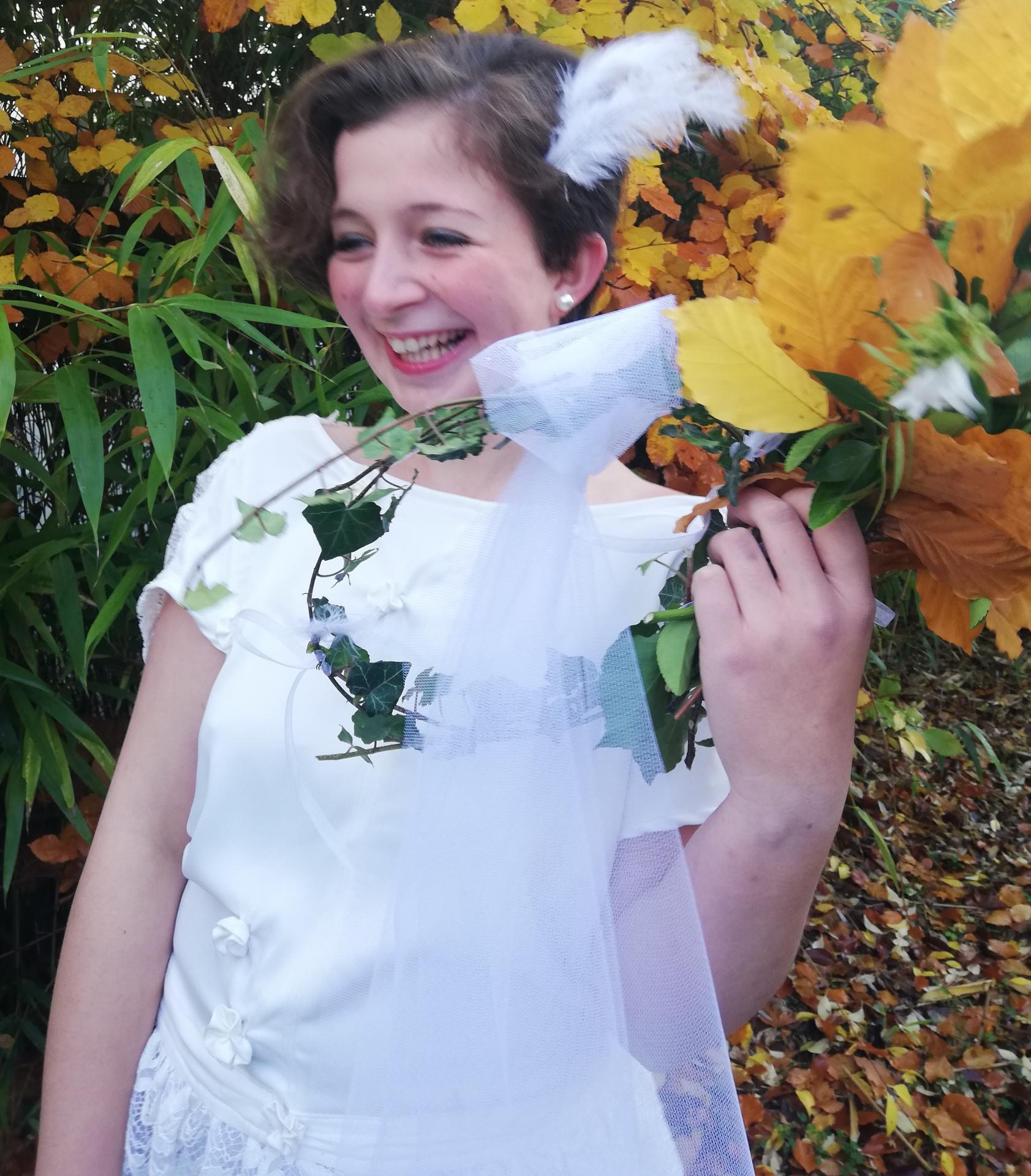 Robe de mariee reversible dentelle tulle et viscose rose faconnee a la main avec un coeur de nacre couronne fleurs et plumes fifi au jardin pose 24