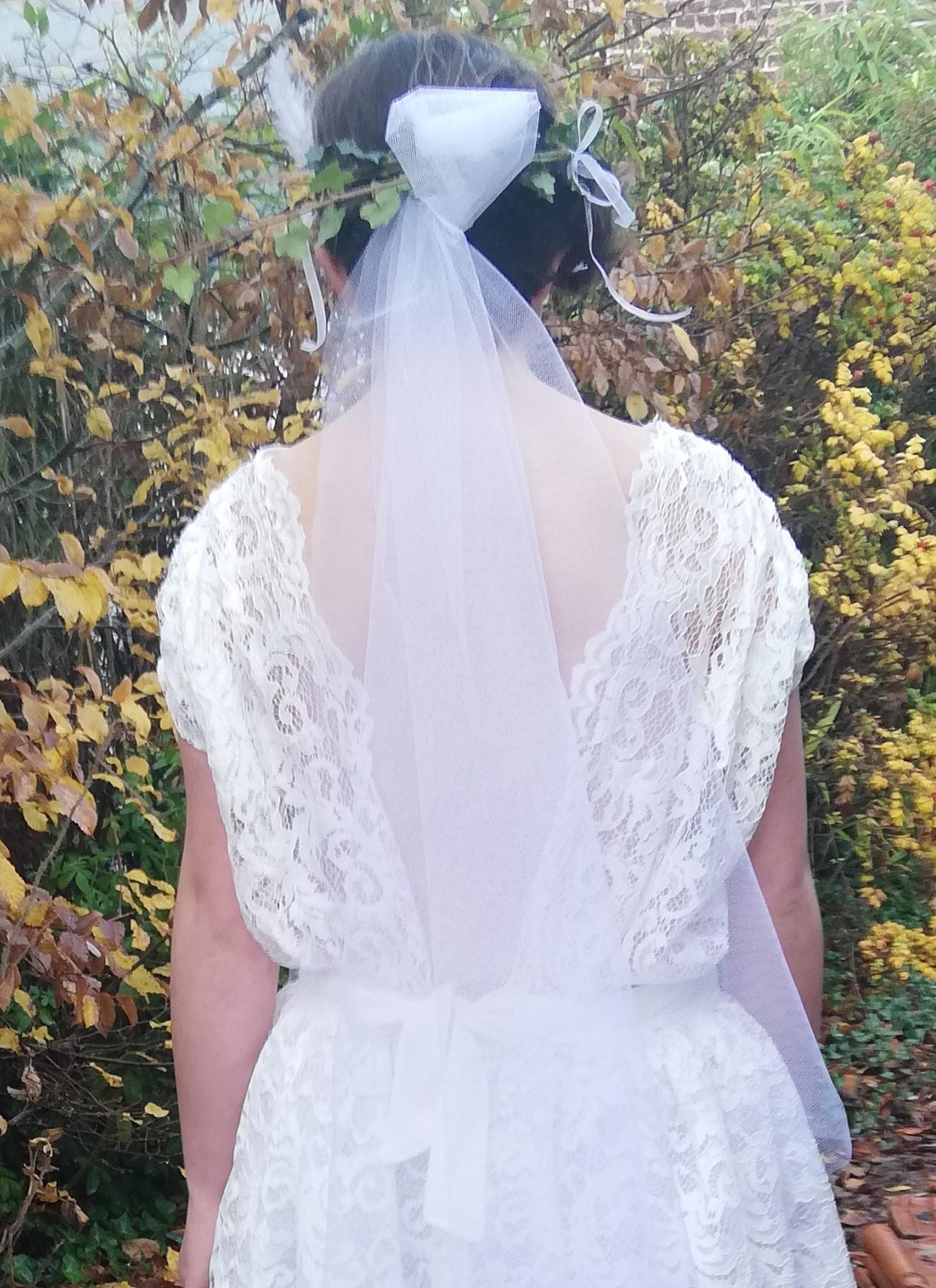 Robe de mariee reversible dentelle tulle et viscose rose faconnee a la main avec un coeur de nacre couronne fleurs et plumes fifi au jardin pose 5