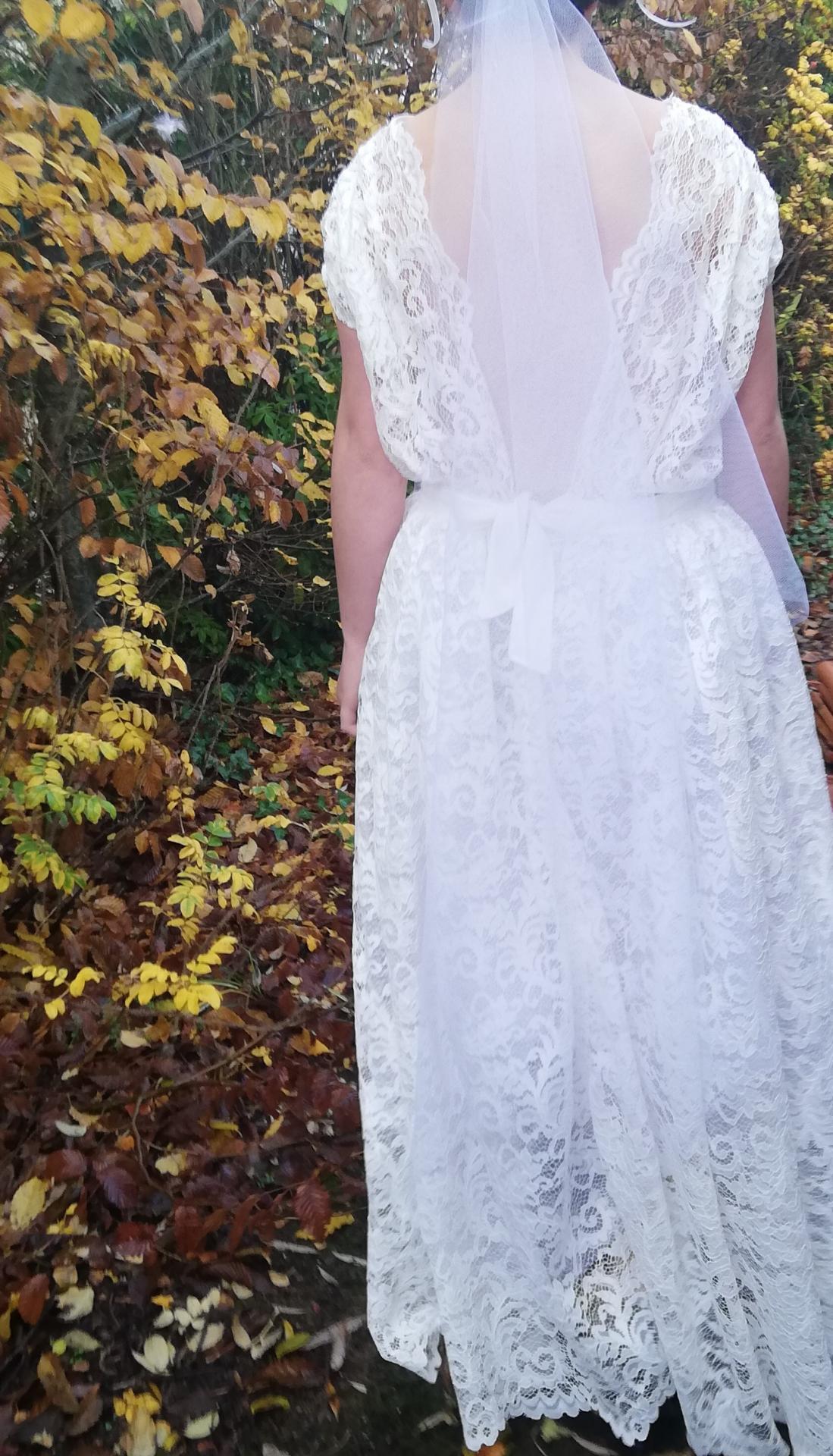 Robe de mariee reversible dentelle tulle et viscose rose faconnee a la main avec un coeur de nacre couronne fleurs et plumes fifi au jardin pose 6