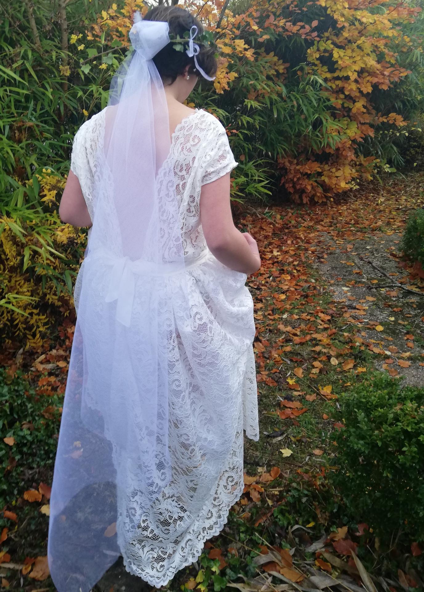 Robe de mariee reversible dentelle tulle et viscose rose faconnee a la main avec un coeur de nacre couronne fleurs et plumes fifi au jardin pose 7