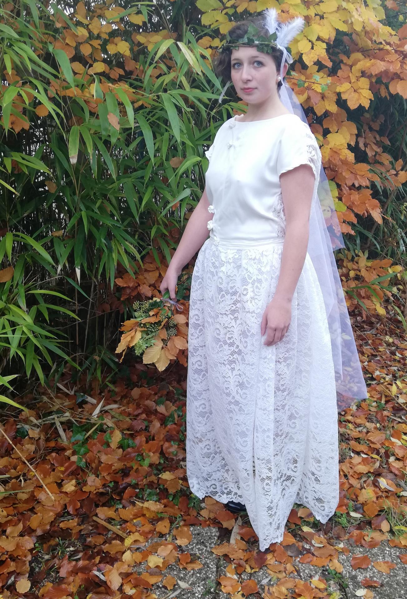 Robe de mariee reversible dentelle tulle et viscose rose faconnee a la main avec un coeur de nacre couronne fleurs et plumes fifi au jardin pose 8