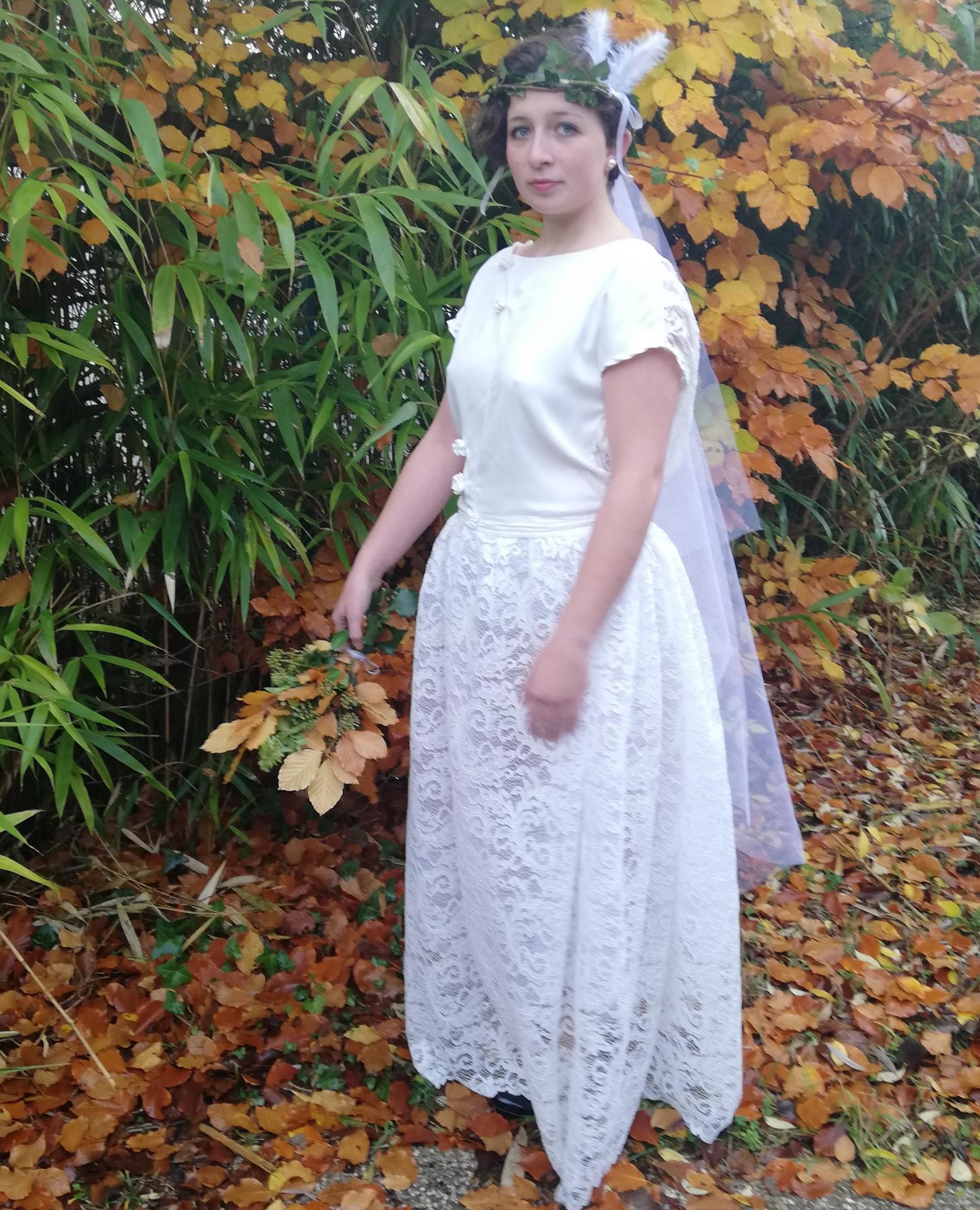 Robe de mariee reversible dentelle tulle et viscose rose faconnee a la main avec un coeur de nacre couronne fleurs et plumes fifi au jardin pose 9