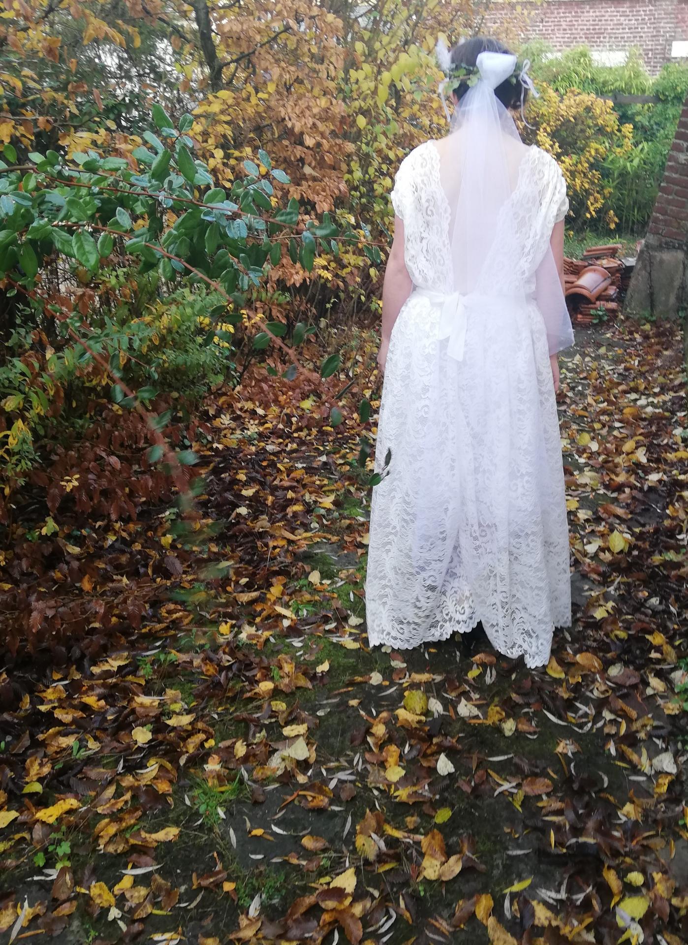 Robe de mariee reversible dentelle tulle et viscose rose faconnee a la main avec un coeur de nacre couronne fleurs et plumes fifi au jardin