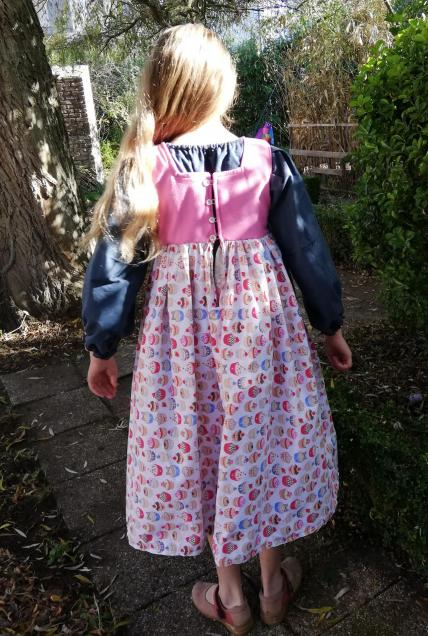 Robe de princesse reversible 10 14 ans framboise fifi au jardin pose 3