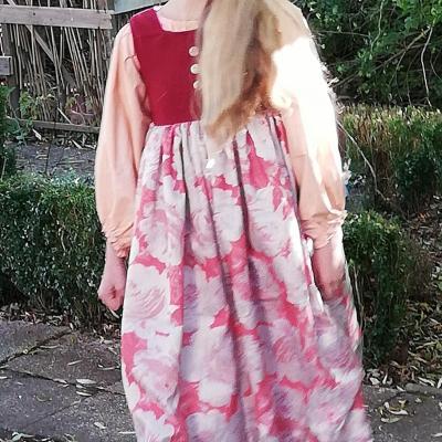 Robe de princesse reversible 10 14 ans framboise fifi au jardin pose 4